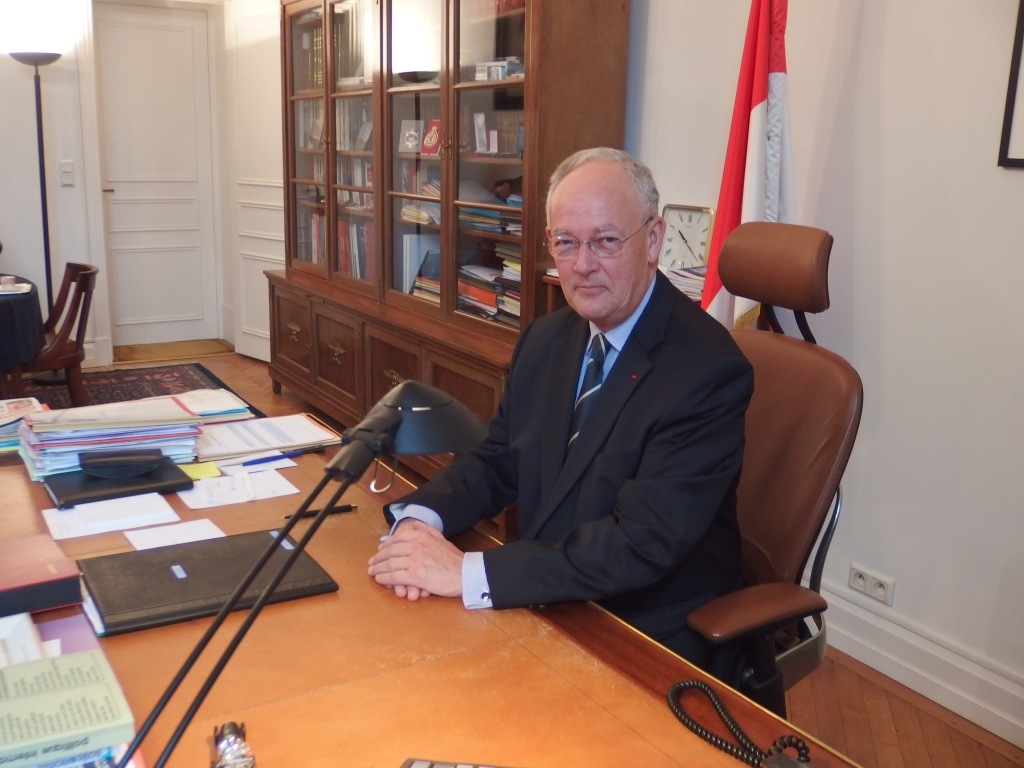 Michel Roger dans son bureau au Ministère d'Etat de Monaco. Crédit photo : Nicolas Forquet.