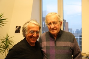 D. Barsamian et N. Chomsky au MIT en janvier 2012 (crédit :Balaji Narasimhan)